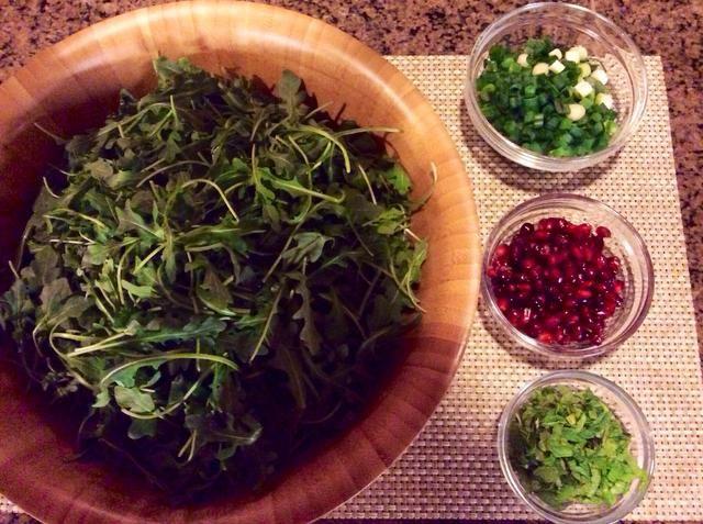 Combine la rúcula, cebolla verde, menta, vinagre y 2 cucharadas de aceite de oliva en gran sorteo de cuenco. Condimentar con sal y pimienta.