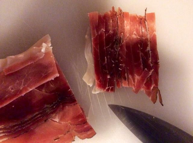 Cortar el jamón en tiras largas y delgadas.