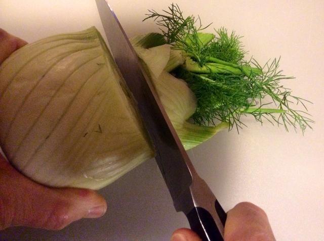 Cortar la parte superior del bulbo de hinojo.