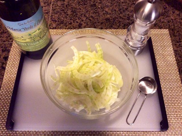 Añadir una cucharada de aceite de oliva virgen extra al hinojo en rodajas. Espolvorear con sal.