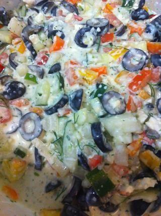 Mezclar en verduras - no dude en parar en este paso (la opción # 2) para una ensalada de verduras yogur eneldo sin pastas