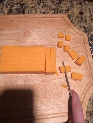 Cortar el queso en trozos