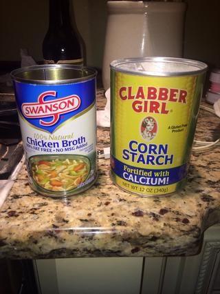 Añadir el caldo de pollo y almidón de maíz en un recipiente vacío
