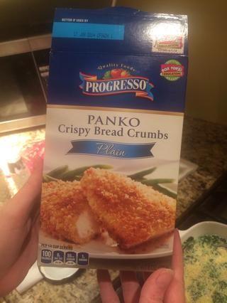 Añadir el pan rallado panko. Añadir sal y pimienta