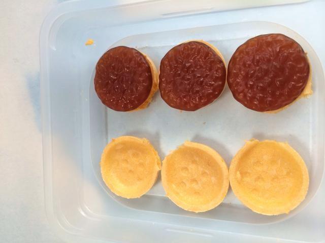 Coloque su parte inferior obleas y lugar de hamburguesas Gummies (Cola sabor)