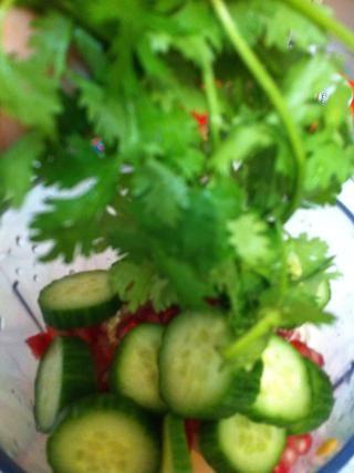 Cilantro o coriandro o perejil, cualquiera de estas hierbas verdes que tiene en su refrigerador o jardín, lanzan en su jugo verde para que sea uno más verde sombra n refrigerador