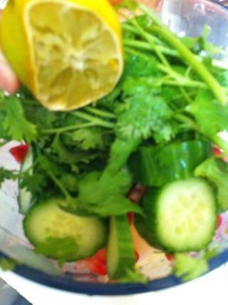 Squeeze en un limón para que realmente fuera el sabor n para la vitamina c impulso. realmente bueno para la inmunidad del cuerpo