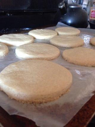 Colóquelos en una bandeja de horno y hornear durante 20 minutos a 350 grados (gire la hoja después de 10 minutos, incluso para hornear)