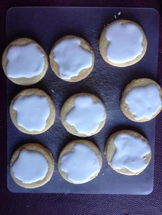 Ponga la guinda las galletas con una bolsa de cuchara o formación de hielo
