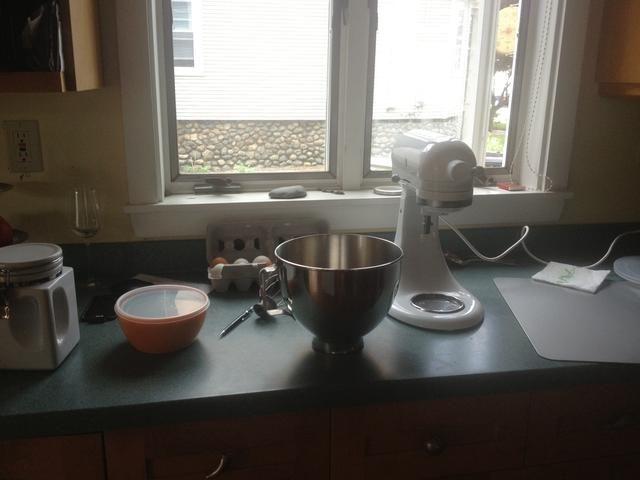 Con una batidora eléctrica mezclar las claras de huevo a pelusa blanca a continuación, añadir el azúcar y mezclar hasta que la mezcla mantenga en sí en un batidor