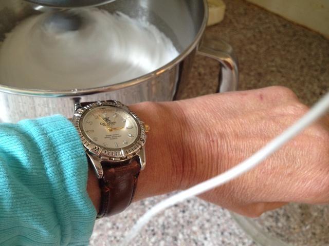 Después de añadir todo el azúcar, batir durante 10-12 minutos. Encienda el horno a 320 F