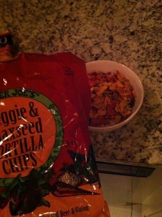 Estos chips son saludables! ¿Su remolacha, tomate, espinaca, zanahoria, etc. Crumble con la mano en la mezcla