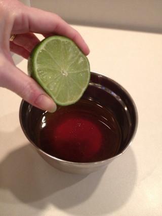 Exprimir un limón. Me corté el limón por la mitad y exprimir ambos lados en la salsa.