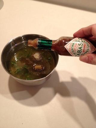 Añadir un chorrito de salsa de Tabasco.