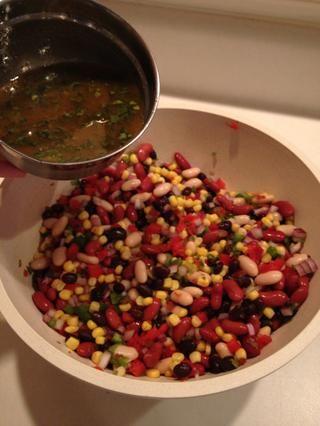 Vierta la salsa sobre las verduras y revuelva bien. Coloque en el refrigerador hasta que se enfríe.