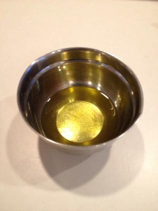 En un tazón pequeño, agregue el aceite de oliva.