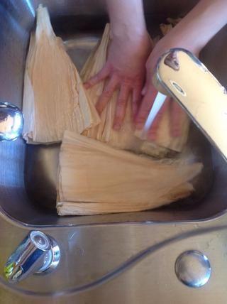 Remojar las hojas de maíz en agua caliente. Sumergir a ablandarse.