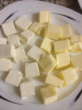 Ahora cortar el queso y la crema de mantequilla en cubos, prefiero los grandes