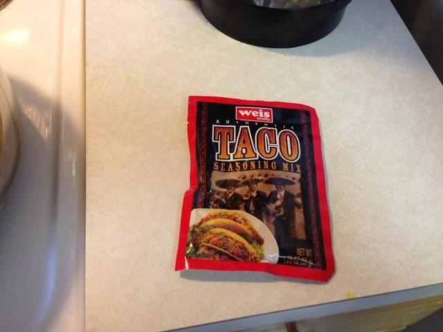 Añadir un paquete de condimento para tacos.