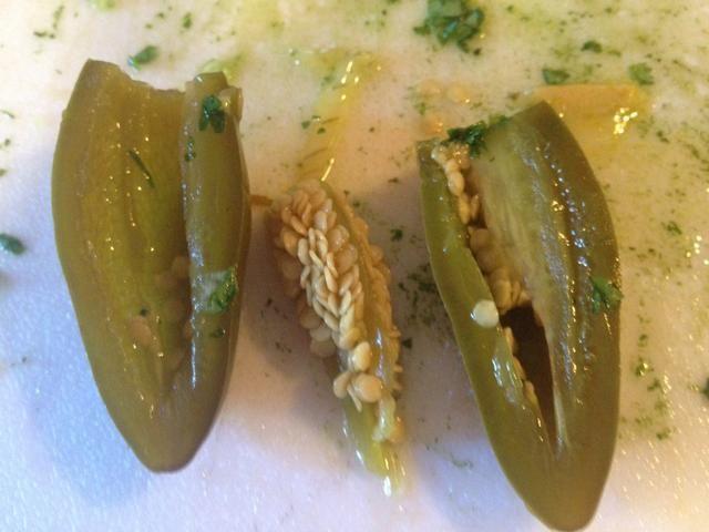 Luego cortar por la mitad. Saque las semillas. Utilice el cuchillo o cuchara. Haga lo mismo con el otro.