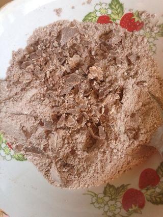 Añadir piezas de chocolate a los ingredientes secos.