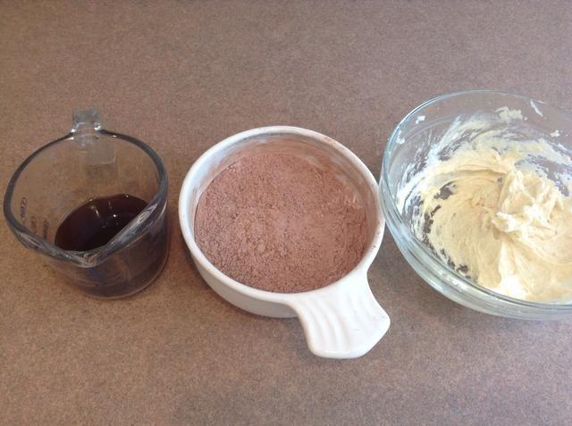 Mezclar que todos juntos. Y recoger el café, la mezcla de harina y mezcla de mantequilla.