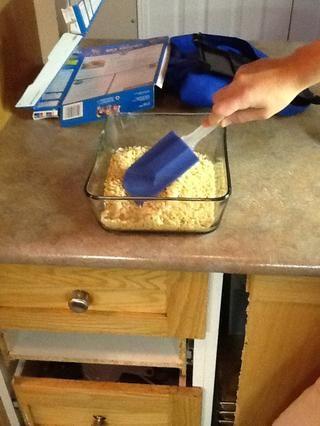 Ponga los ingredientes en el recipiente en el plato de cristal