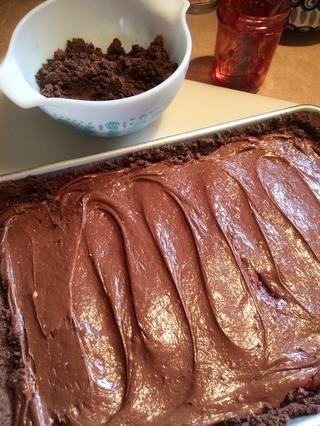 Difundir de manera uniforme. Top de las migajas reservados añadido con mini chips de chocolate.