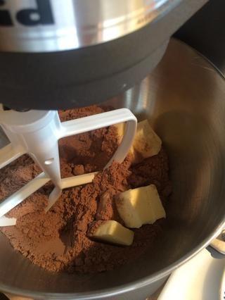 Mezcle 1.18 oz paquete de su marca favorita de mezcla para pastel de chocolate y 1 barra de mantequilla.