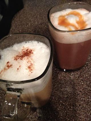 Vierta la leche espumada lentamente en la bebida caliente. Use una cuchara para añadirlo permanecen espuma. Adornado con canela en polvo o caramelo.