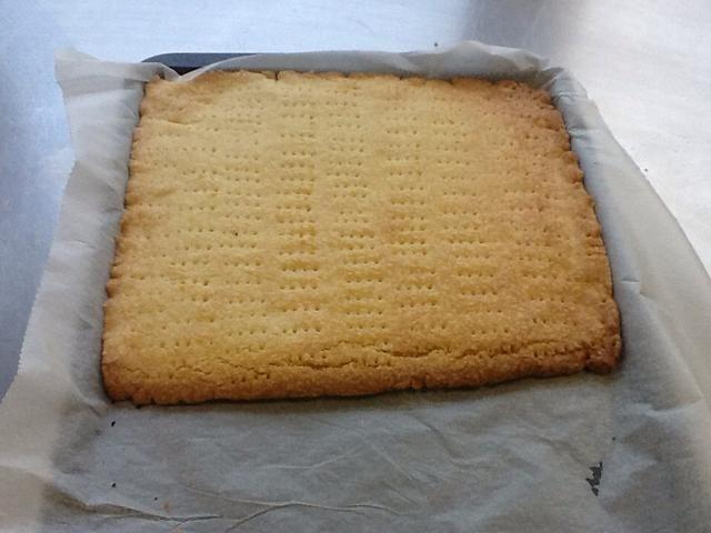 Hornea el bizcocho en el horno precalentado durante unos 20 minutos o hasta que esté firme al tacto y muy ligeramente marrón. Dejar enfriar en el molde