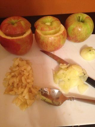 Picar la manzana que ha extraído del centro.