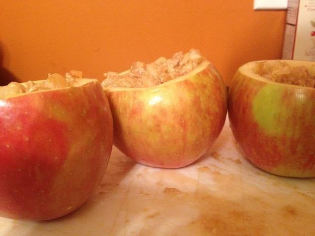 Asegúrese de que su mezcla es sabroso! Y a continuación, colocar en platos de manzana :)