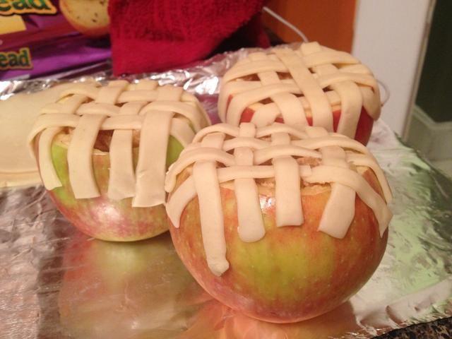 Estirar la masa para pastel y con un cuchillo o un cortador de pizza y hacer líneas pequeñas, y una cesta de tejer!