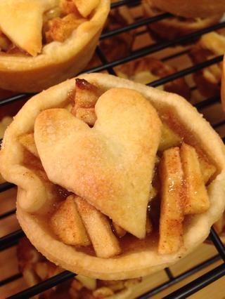 Disfrute de sus mini tartas de manzana! También puede utilizar esta receta para hacer pasteles de bayas, sólo asegúrese de añadir la maicena a sus bayas como espesante para que los jugos don't overflow while baking! :)