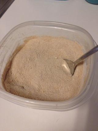 En un tazón mediano, combine la harina, el azúcar y la canela - reserve.