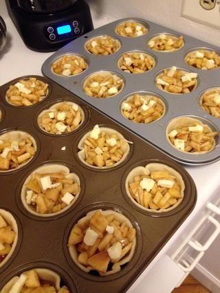 Llene sus cortezas con la mezcla de manzana y colocar unos pequeños trozos de mantequilla en la parte superior de las manzanas para darle más sabor!