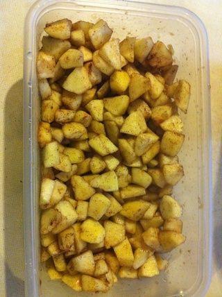 Añadir azúcar morena, canela y nuez moscada a las manzanas y mezclar bien.