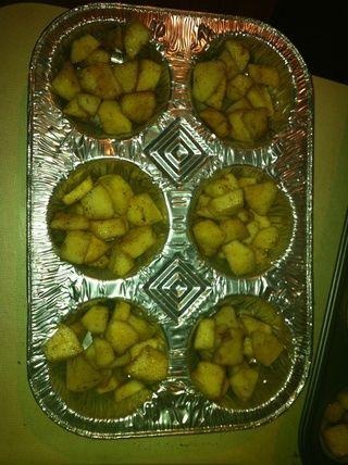 Ponga la mezcla de manzana en moldes para muffins y cubrir con papel de aluminio. Hornear durante 25-30 minutos o hasta que las manzanas estén suaves.
