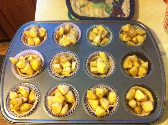 Para Mini tartas de manzana hacen lo mismo que para las manzanas horneados pero usando un cortador redondo de vidrio o de cookie de cortar las mini masa de pasteles. Coloque masa de pasteles en molde para muffins y rellenar con las manzanas y hornear igual que las manzanas al horno.