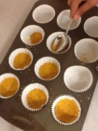 Divida la mezcla de migajas uniformemente y comprimir con cuchara. Hornear durante 5 min