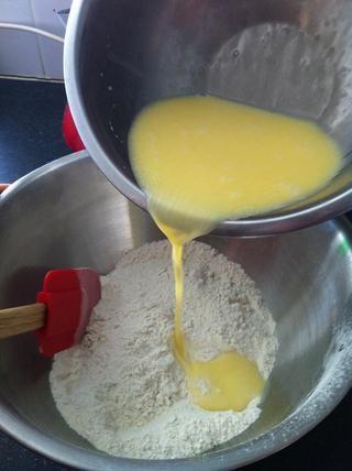 Añadir a los ingredientes secos.