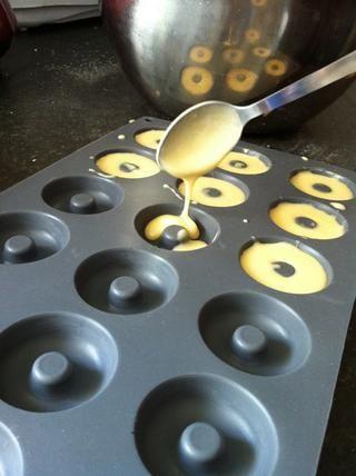 Llenar 2/3 del camino en el molde de donuts. Nos cambiamos a verter de una jarra ya que era demasiado tiempo con una cuchara!