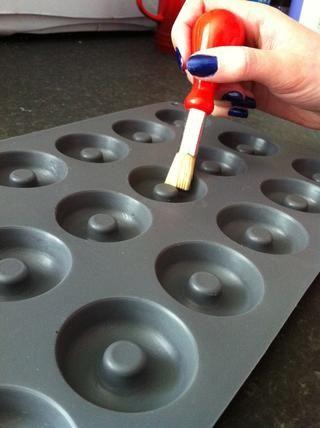 Engrase el molde de silicona rosquilla.