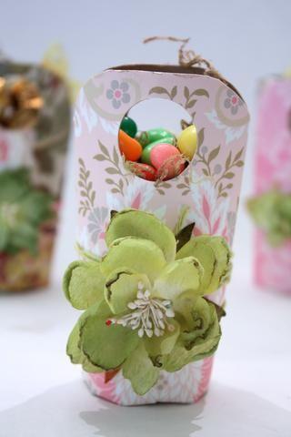 Pegamento caliente en sus flores Petaloo! Cosas con césped Pascua, musgo, o Krinkles papel