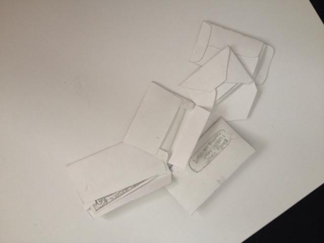 Cuando están secas, doblar el papel y pegarlo dentro! Puede cinta, pegamento, sello de cera, o hacer un sellador sobre si quiere ser realmente auténtico. (Comentario para más detalles sobre estos métodos)