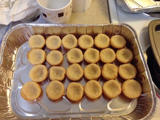 Tome las galletas de la lata y colocarlo en un recipiente para enfriar. Ponga en la nevera durante 5 minutos.