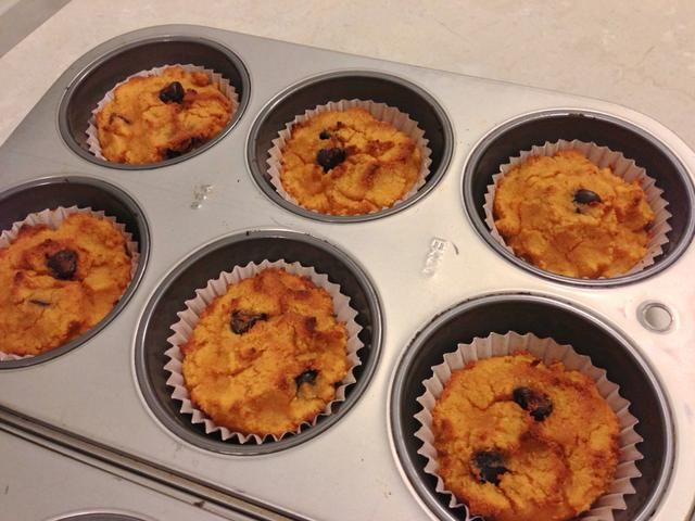 ¡Hecho! Estos muffins ganaron't rise much since the batter is so thick but they are moist inside and are very soft since there's no gluten to stiffen em up. Enjoy!