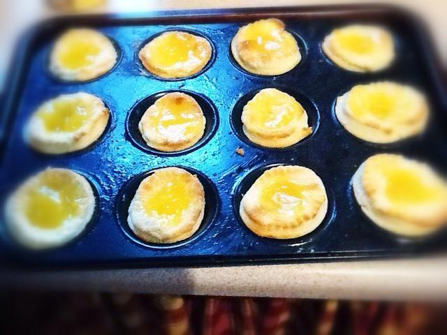 Añadir una cucharada de crema de limón a cada tarta :) a continuación, añadir una cucharada de la mezcla de merengue y hornear durante unos 10 minutos, hasta que los merengues son de oro.