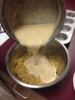 Añadir la salsa y mezclar en la pasta.